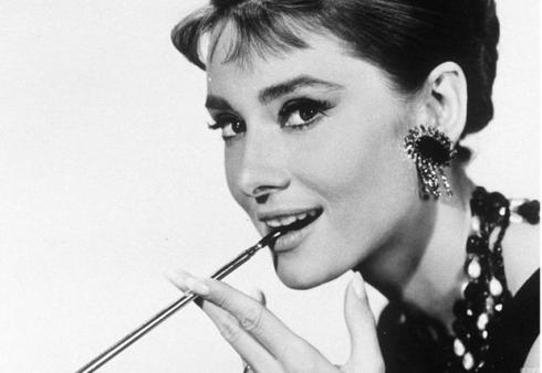 http://sindicatodoscinefilos.files.wordpress.com/2010/08/audrey_hepburn_reference.jpg?w=490&h=338